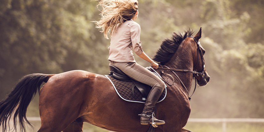 blonde-woman-riding-a-horse